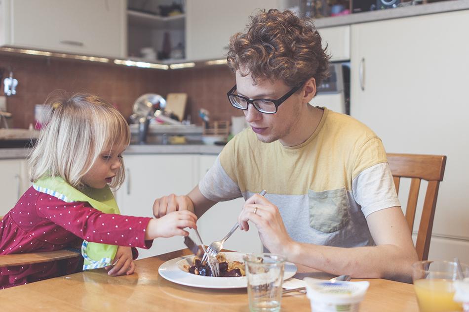 Igor Rjabinin obeduje s dcérkou