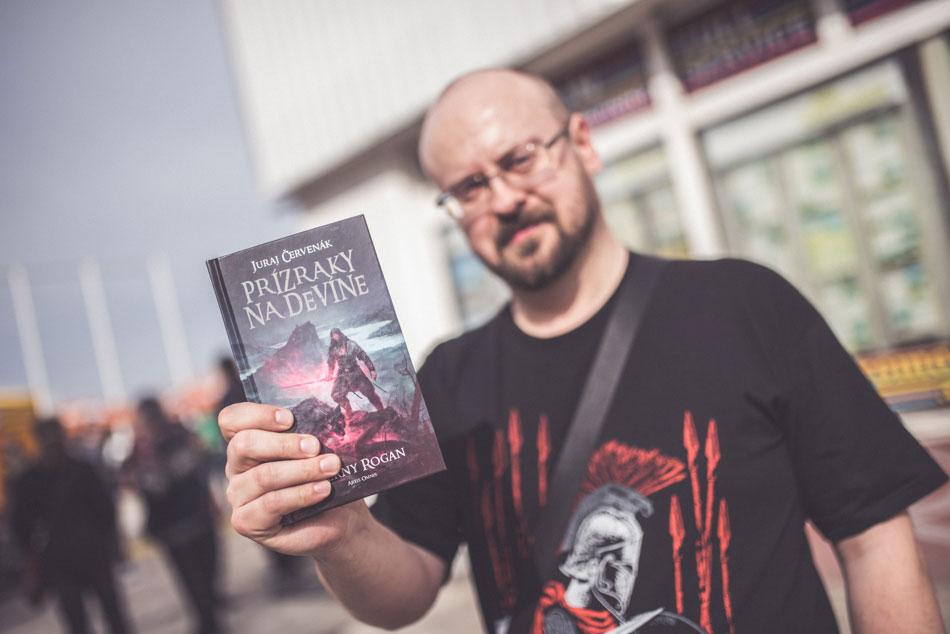 Juraj Červenák so svojou knihou