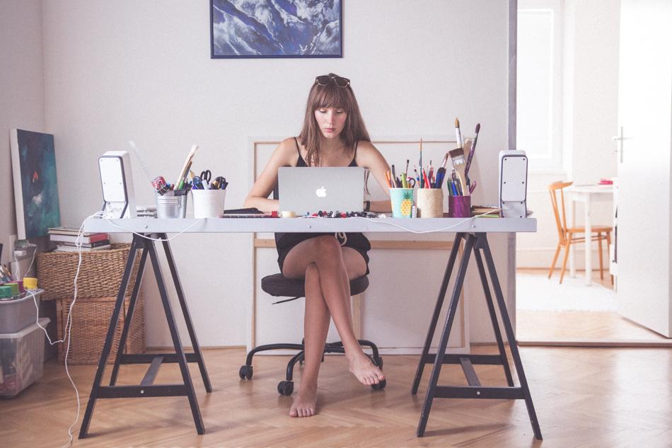 Tina Minorová pracuje za svojím pracovným stolom