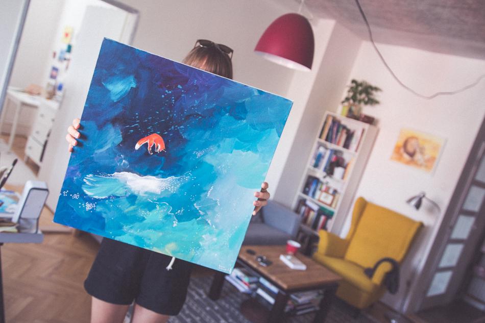 Tina ukazuje svoju maľbu s líškou