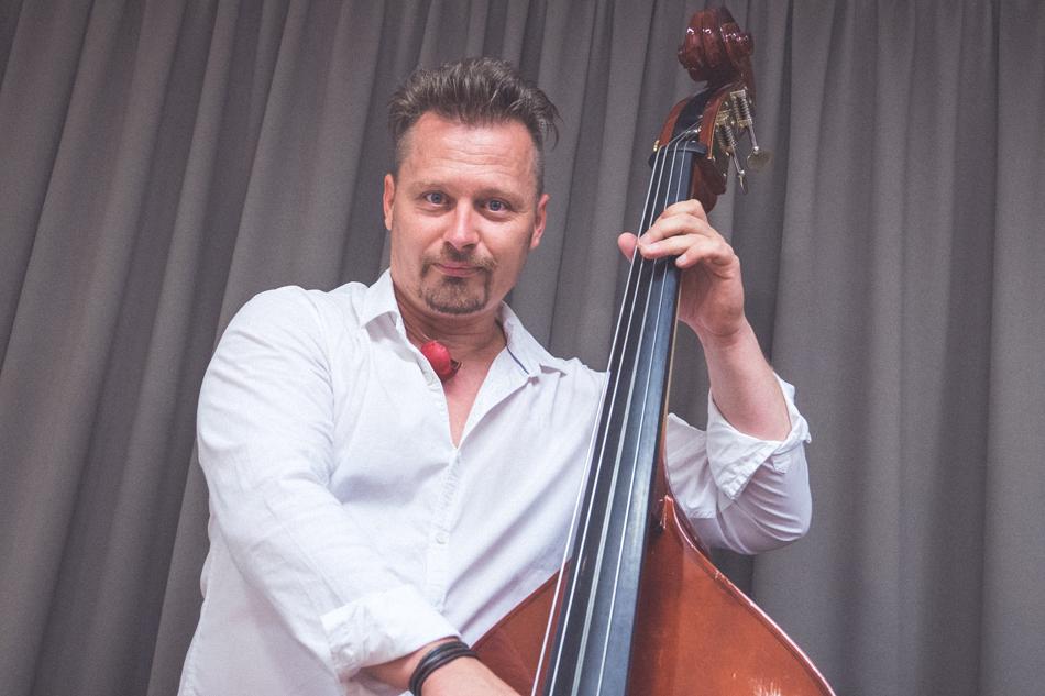 Pavel Mihalak s basgitarou