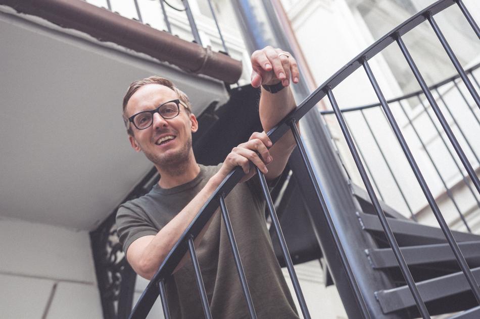 Michal Hvorecký na schodisku