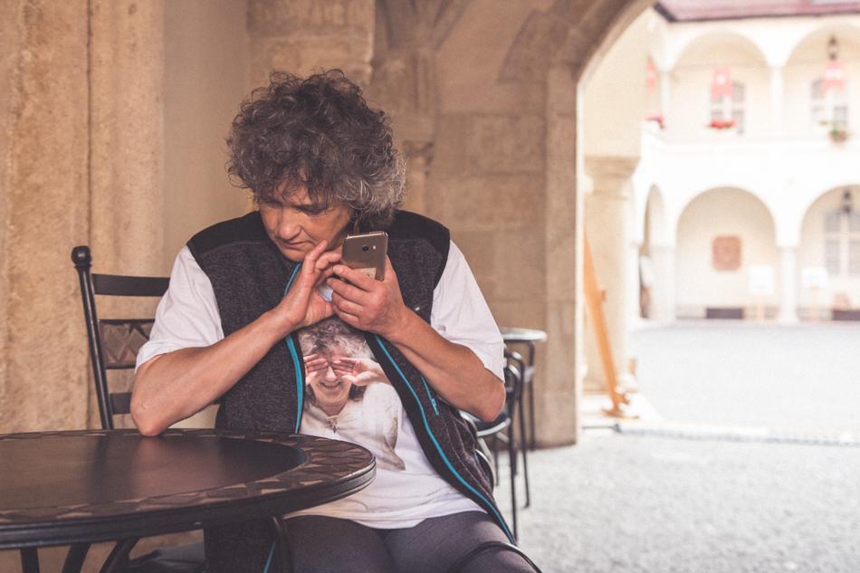 Sona Zeliskova s mobilom pre nevidiacich