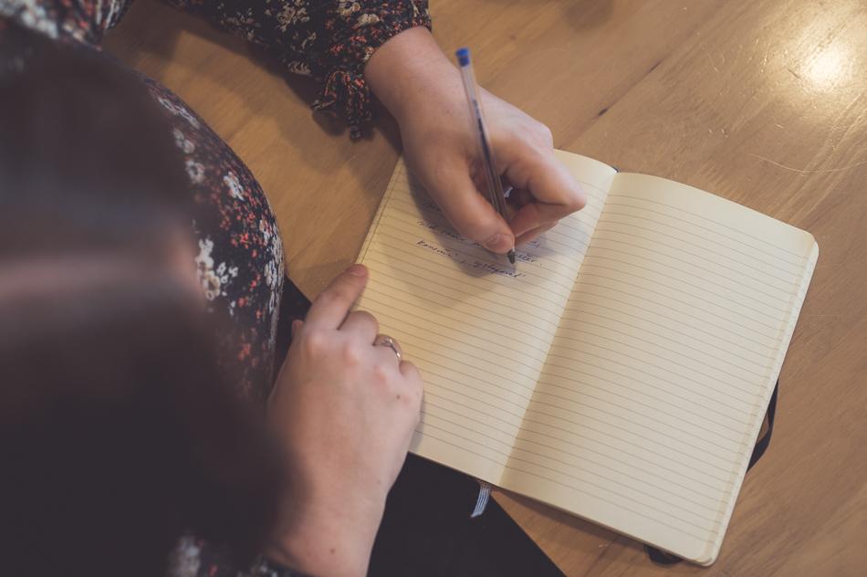 Katka Koščová píše do zápisníka
