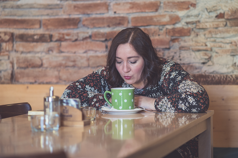 Katka Koščová v kaviarni
