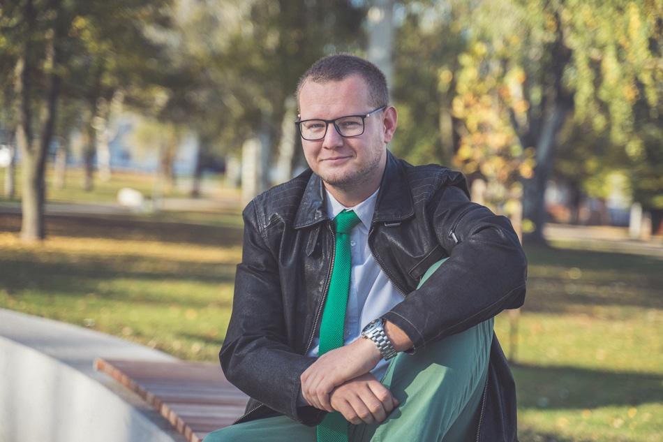 Mário Obročník na lavičke