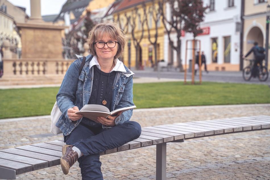 Zuzana Vakosova s knihou