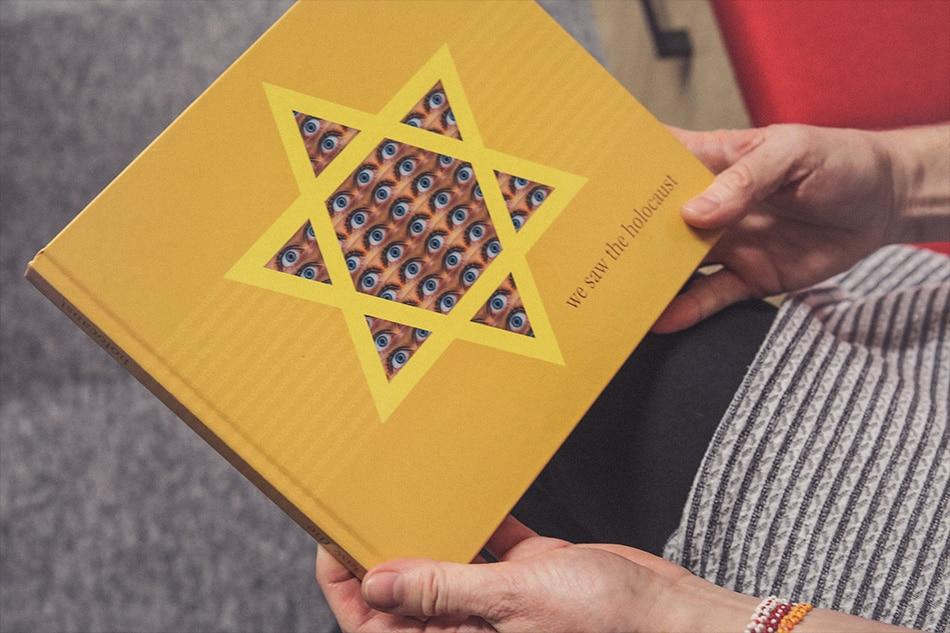 Kniha We saw the holocaust o spomienkach pamätníkoch holkaustu.