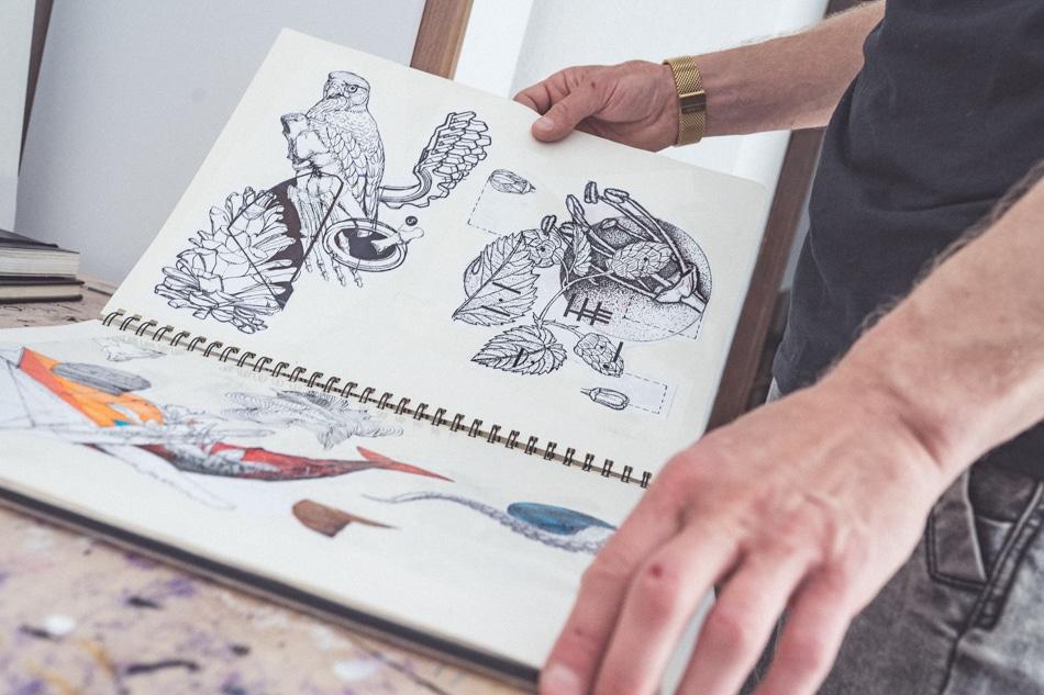 Qaid Holman v jeho štúdiu