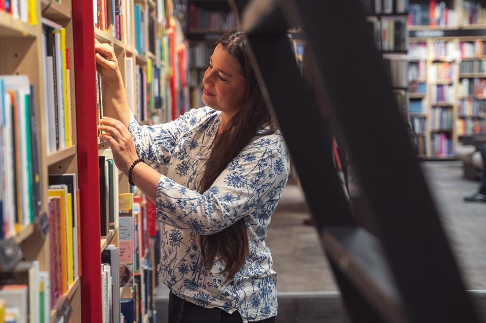 Lucia Kralovičová v kníhkupectve