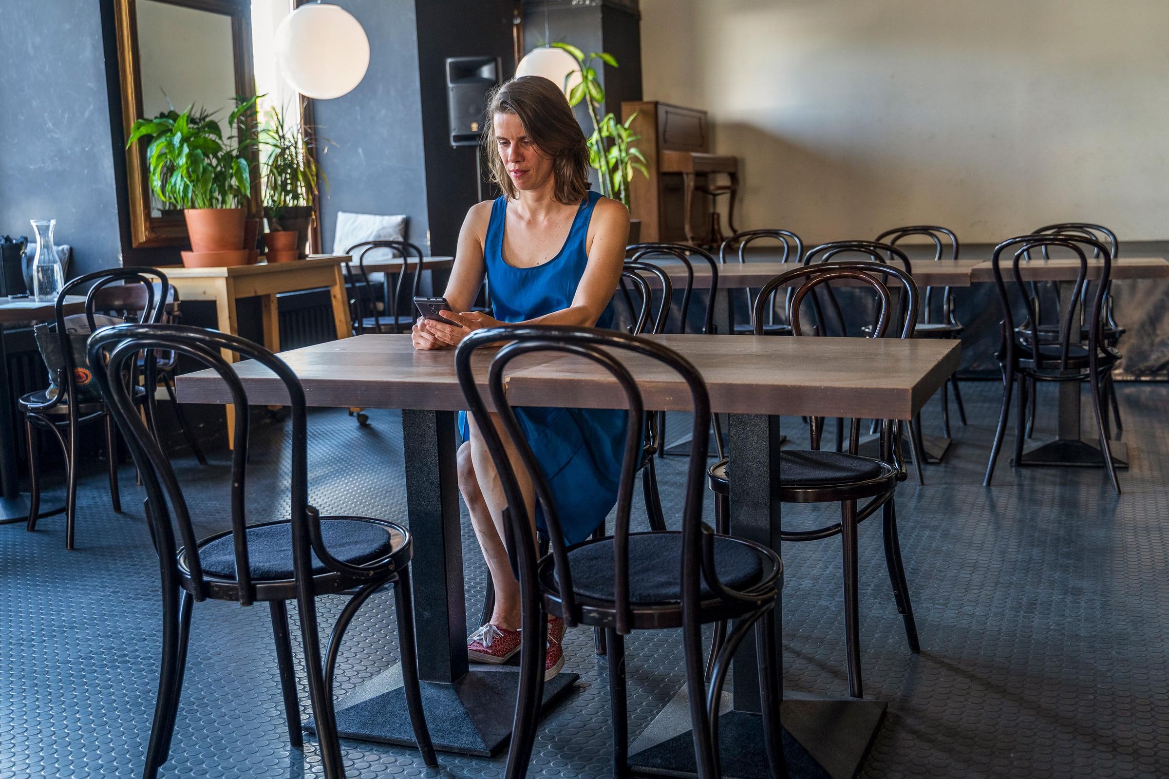 Andrea Najvirtová v kaviarni