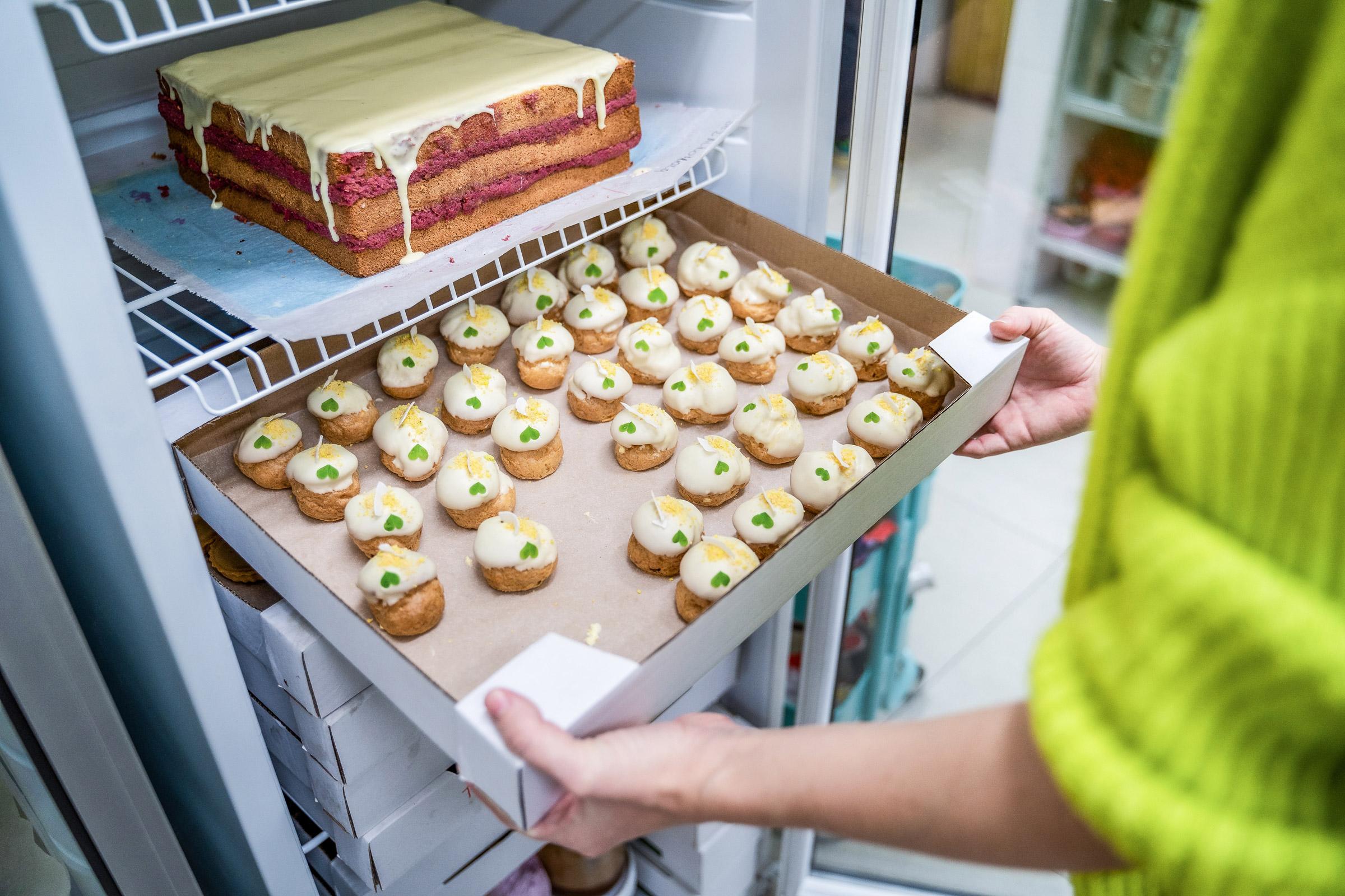 Lucia Gažová v cukrárenskej výrobni