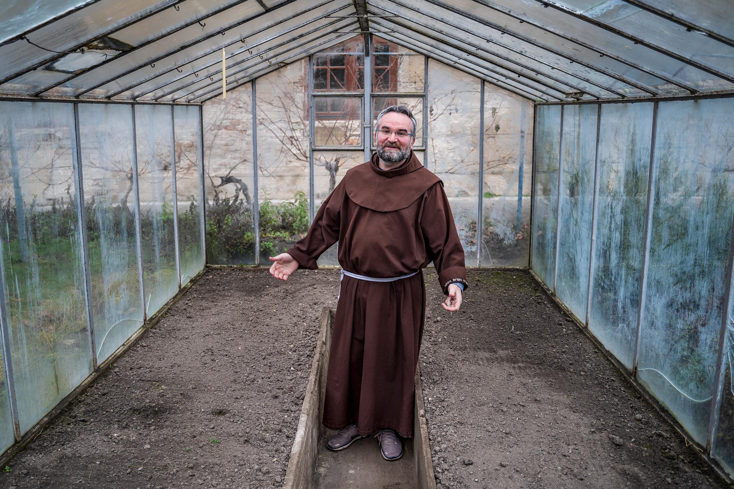 Brat Filip v skleníku
