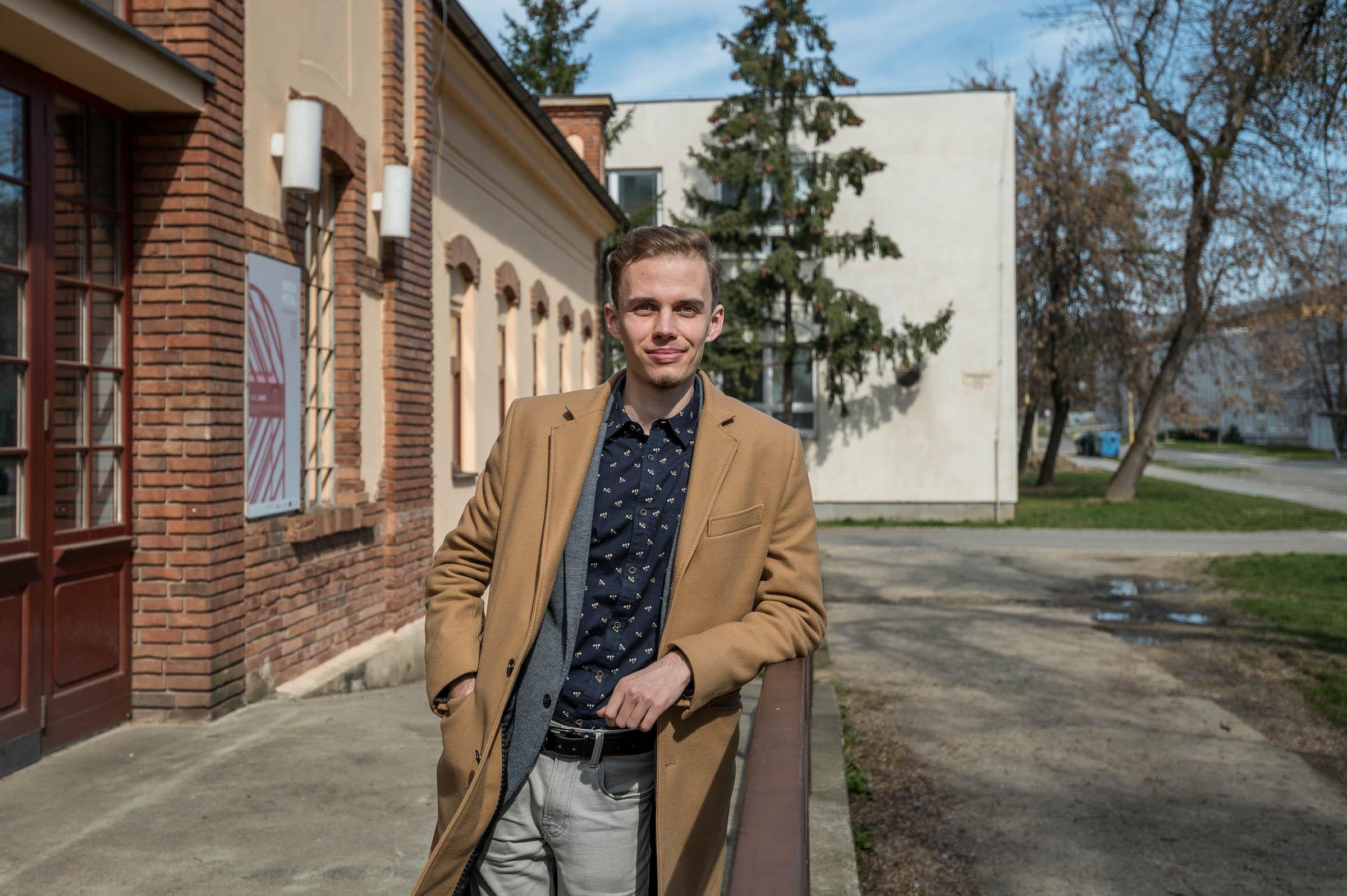 Lukáš Dravecký pred budovou Technickej Univerzity v Košiciach
