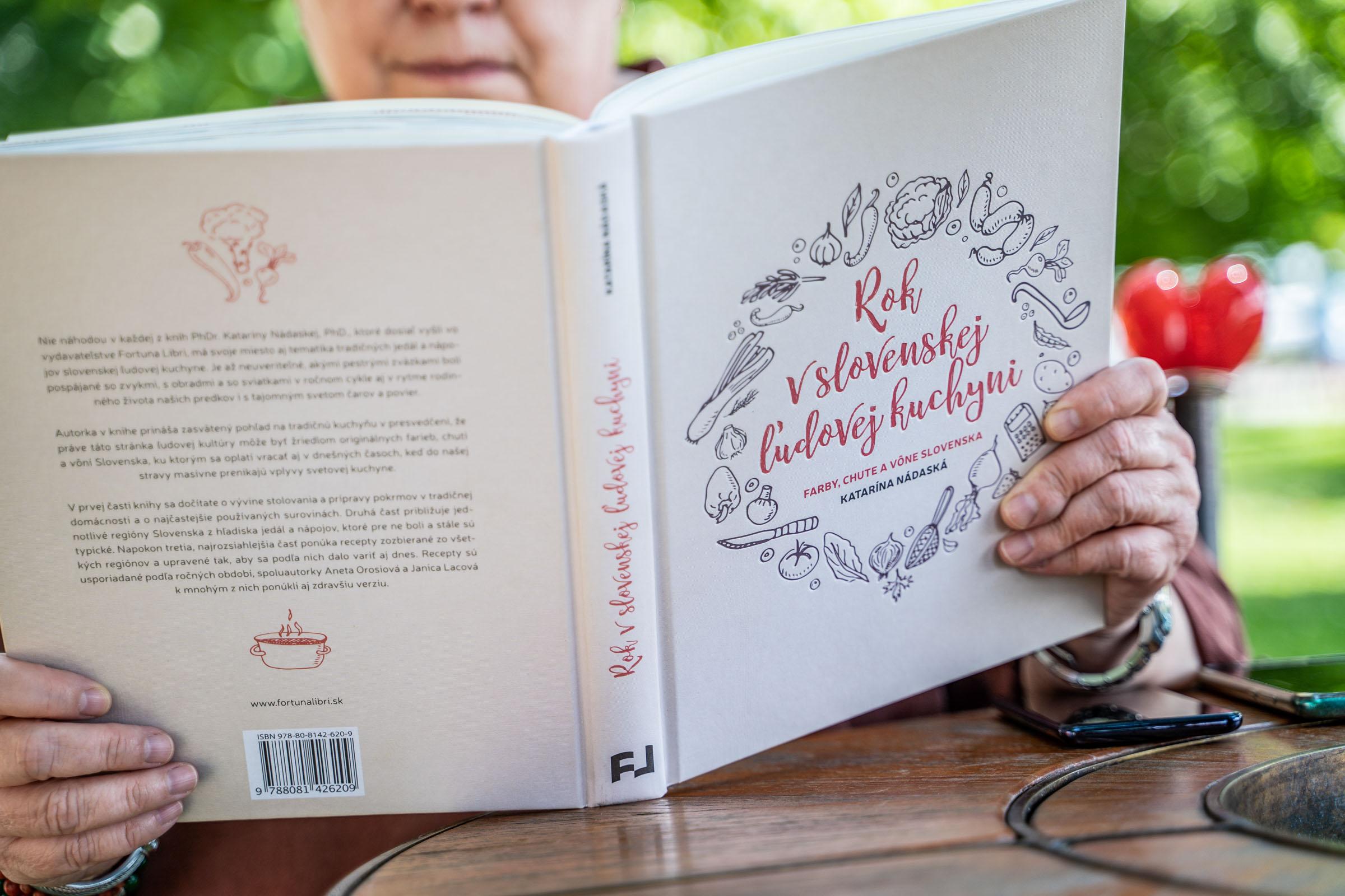 Katarína Nádaská s knihou